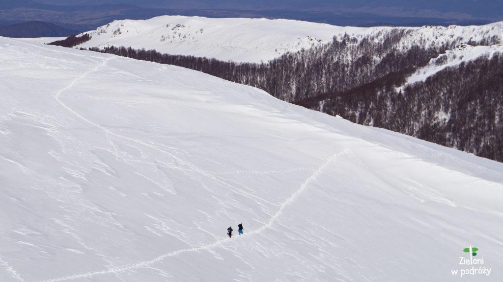 Ścieżka prowadząca nieco wyżej jest tą właściwą. My niestety początkowo poszliśmy na wprost. Zalegający śnieg mógł okazać się niebezpieczny.