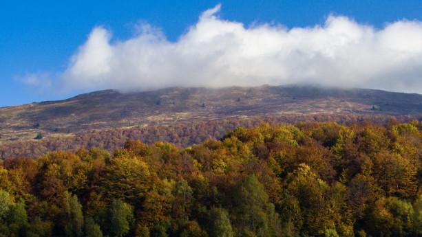 Jesień w pełni. Zbliżenie na Połoninę Caryńską z początkowego fragmentu szlaku.