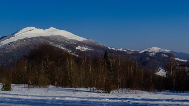 Połonina Caryńska widziana z drogi na szczyt