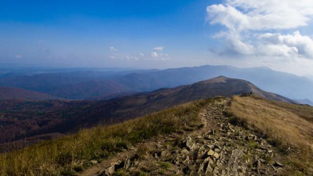 Podążając za szlakiem. Widok z Połoniny Caryńskiej w stronę Tarnicy (w oddali z prawej)