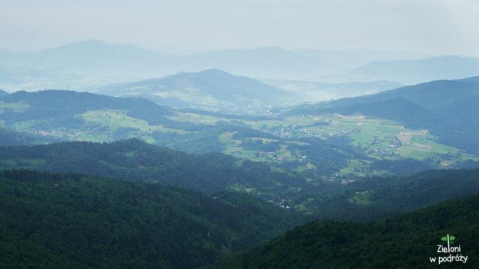 Widok w kierunku dolin i charakterystycznie wyglądające wysepki dające Beskidowi Wyspowemu swoją nazwę.