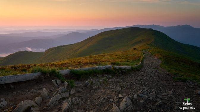 Widok z Połoniny Caryńskiej w stronę Tarnicy tuż po wschodzie Słońca.