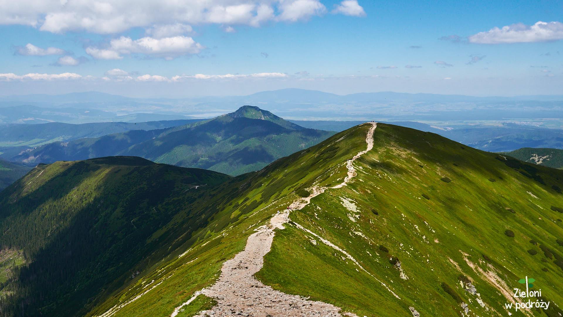 Na pierwszym planie Rakoń, po lewej stronie kadru Osobita, a w tle Babia Góra odległa o ponad 40 kilometrów.