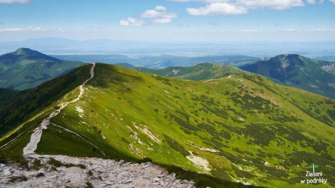 Podążając za ścieżką trafiamy na Rakoń, następnie w prawo odchodi Długi Upłaz, który następnie zawija w lewo w stronę niepozornego z tej wysokości Grzesia.