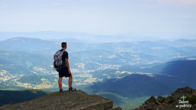 Różnica wysokości pomiędzy szczytem, a miejscowościami w dolinie wynosi niemal kilometr.