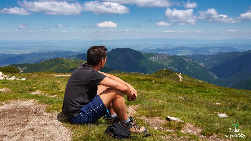 Rozległe widoki z okolic szczytu Rakonia. Na drugim planie Długi Upłaz, którym zmierzaliśmy z Grzesia (środek kadru po lewej)