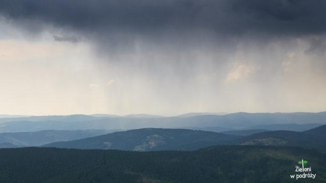 Tam już pada, a my pospiesznie staramy się wrócić na Przełęcz Brona