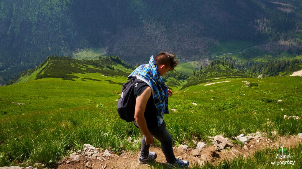 W tle Dolina Cicha już po stronie słowackiej. Róznica wysokości to z tego miejsca około 500 metrów.