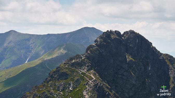 Widać turystów zmagających się z tym najtrudniejszym w Tatrach Zachodnich szlakiem.