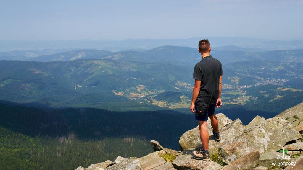 Widoki ze szczytu Babiej Góry. Zawoja w dolinie