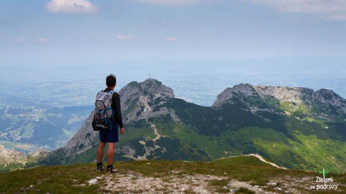 Z tej strony nie miałem jeszcze okazji podziwiać tej góry. Wkrótce zejdziemy w tamtą stronę ku przełęczy. Dalej odbijemy w prawo - do Doliny Kondratowej.