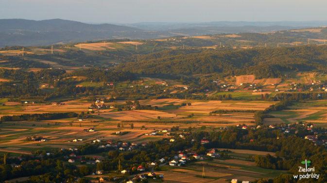Dookoła łany zbóż i zabudowania wiosek i miasteczek.