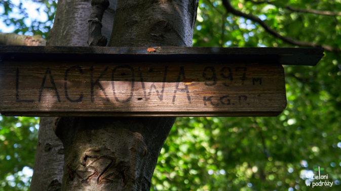 Jesteśmy na szczycie Lackowej. Góra policyjna za nami. Co ciekawe słowacka tabliczka sugeruje, że szczyt ma 996 metrów.