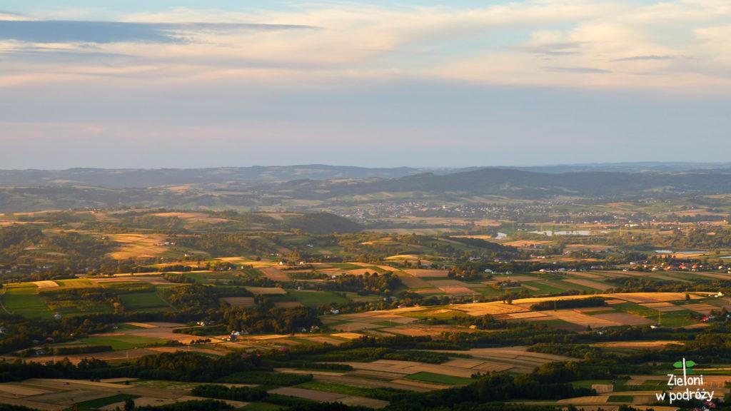 Obchodzimy wieże dookoła wyszukując charakterystycznych punktów krajobrazu.