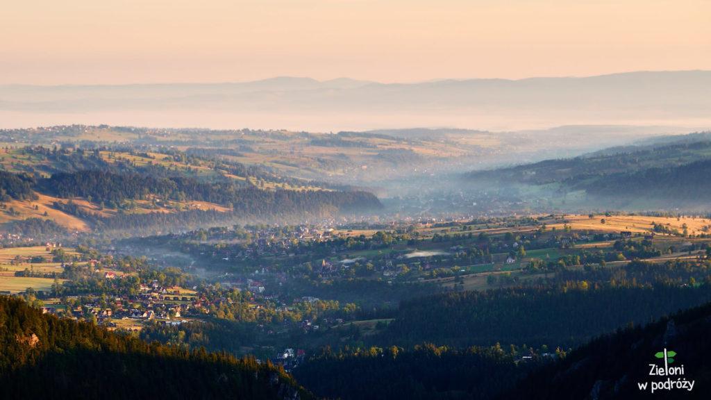 Im bliżej Przełęczy między Kopami, tym rozleglejsze widoki. Świat budzi się do życia, a doliny spowija delikatna mgła.