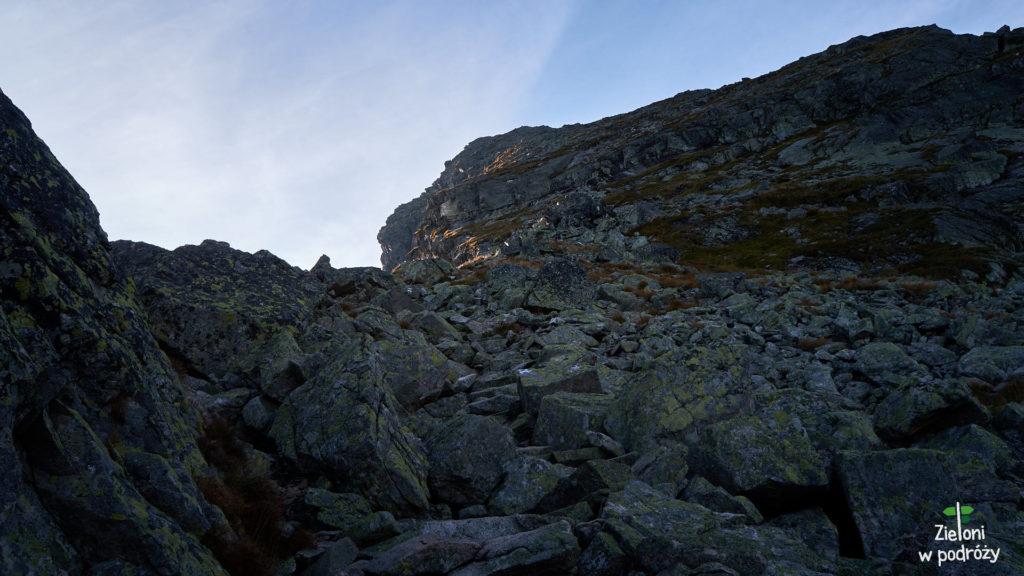Kościelec z tej perspektywy wydaje się naprawdę groźny. Ruszam szlakiem na szczyt.