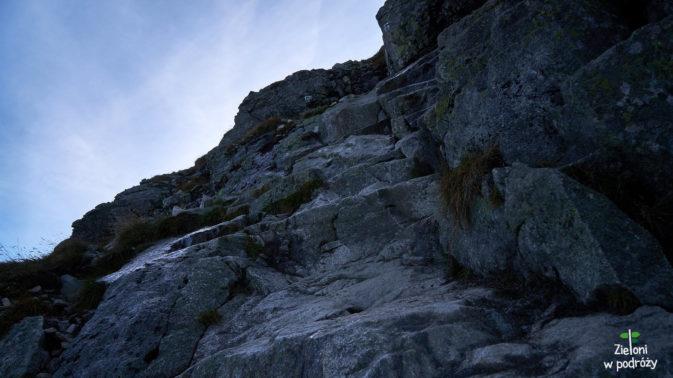 Miejscami na szlaku występują miejsca z mokrymi skałami. Trzeba więc ciągle uważać stawiając kolejne kroki.