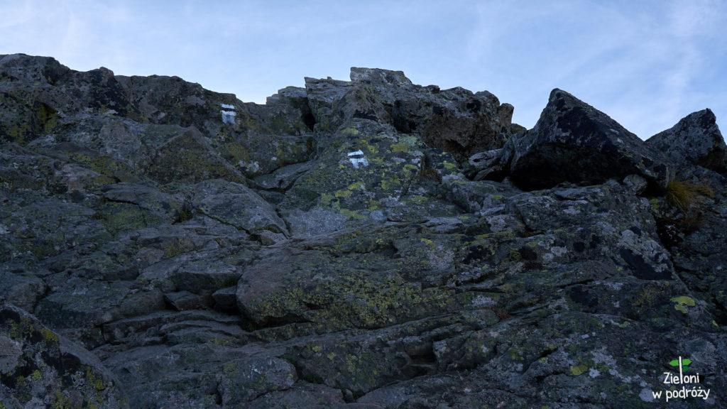 Ostatnia trudność na szlaku, która wyprowadza już bezpośrednio na szczyt Kościelca. Wilgotne skały przyspieszyły mi trochę tętno ale ostatecznie dość sprawnie udało mi się je pokonać.