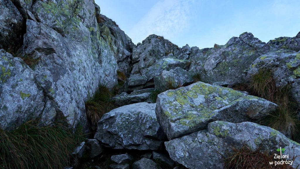 Pierwsze trudności szlaku na Kościelec. Krótki próg skalny, który przy ładnej pogodzie i suchej skale nie powinien sprawić kłopotów.