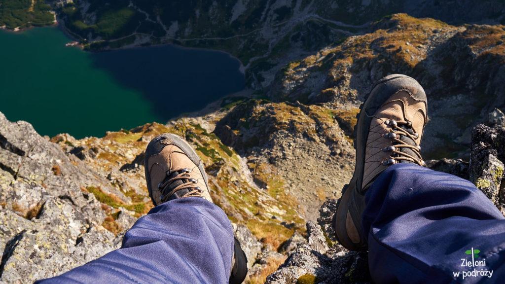Siedzę i macham nogami. Lustro Czarnego Stawu Gąsienicowego znajduje się około 530 metrów niżej. Piękna pogoda pozwala się delektować tą chwilą.