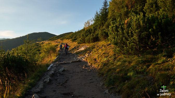 Tym razem wyruszyłem na szlak samotnie. Postanowiłem jak najszybciej dostać się z Kuźnic do Doliny Gąsienicowej więc trasę pokonywałem w przyjemnym blasku porannego Słońca.