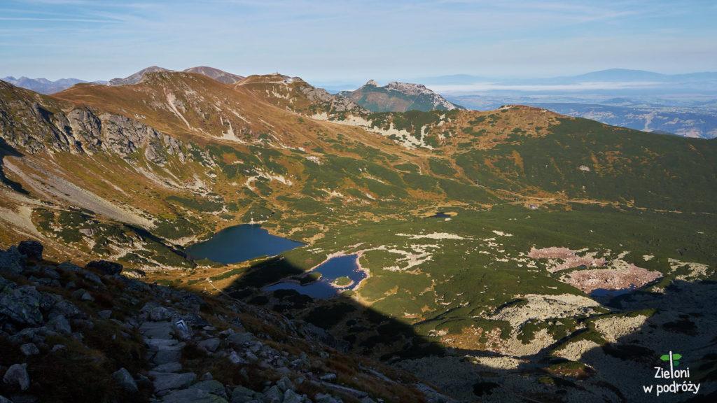 Widoki coraz piękniejsze. Po lewej stronie kadru Czerwone Wierchy, w centrum Giewont, a w tle po prawej Babia Góra.