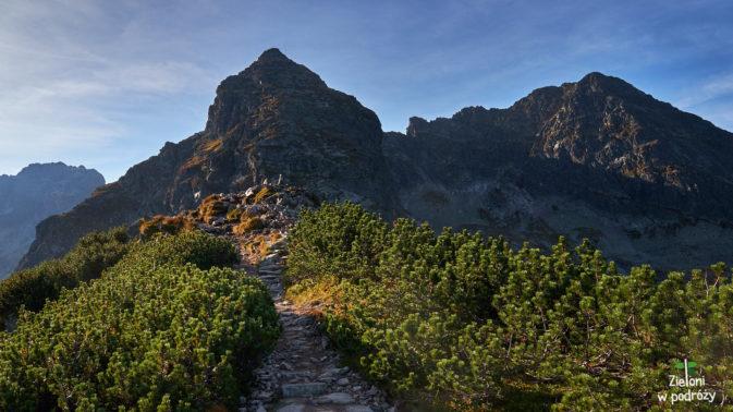 Z każdym krokiem zbliżam się do Przełęczy Karb, a ściana Kościelca robi coraz większe wrażenie.