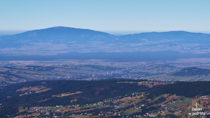 Świetnie widać odległe szczyty. Na zdjęciu Babia Góra.