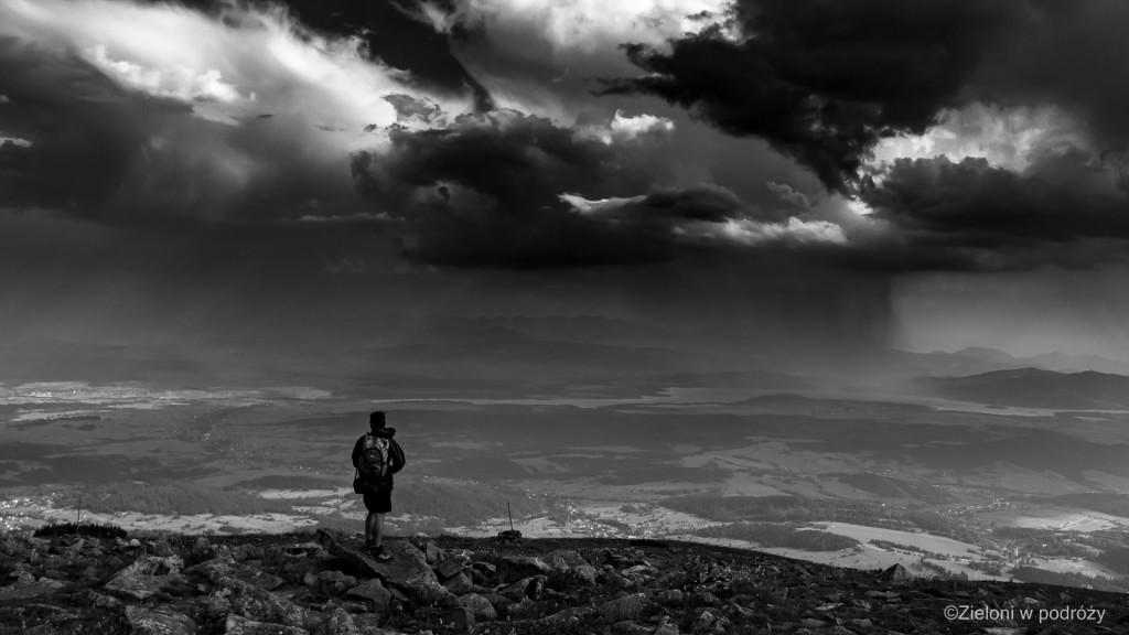 Babia Góra przed burzą. Ciężkie, deszczowe chmury mknęły w naszą stronę.
