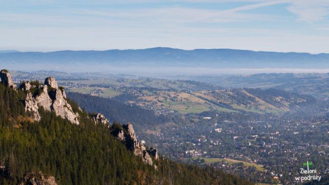 Im wyżej się znajdujemy, tym więcej okazji do podziwiania rozległych panoram. W dolinach jeszcze mgły chociaż Słońce już coraz wyżej.