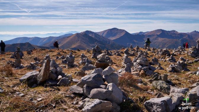 Kopczyki z kamieni na szczycie Krzesanicy