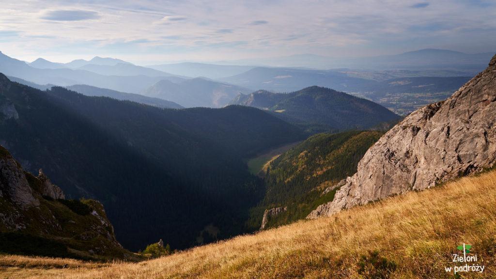 Na niebie pojawiają się już pierwsze chmury ale to nie zmienia faktu, że nadal jest pięknie. Widok w stronę Doliny Małęj Łąki.