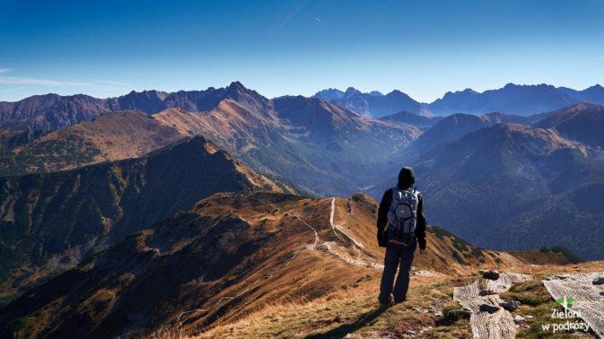 Tatry Wysokie w jesiennej odsłonie. Po lewej stronie kadru Świnica, która z tej perspektywy wydaje się być najwyższa.