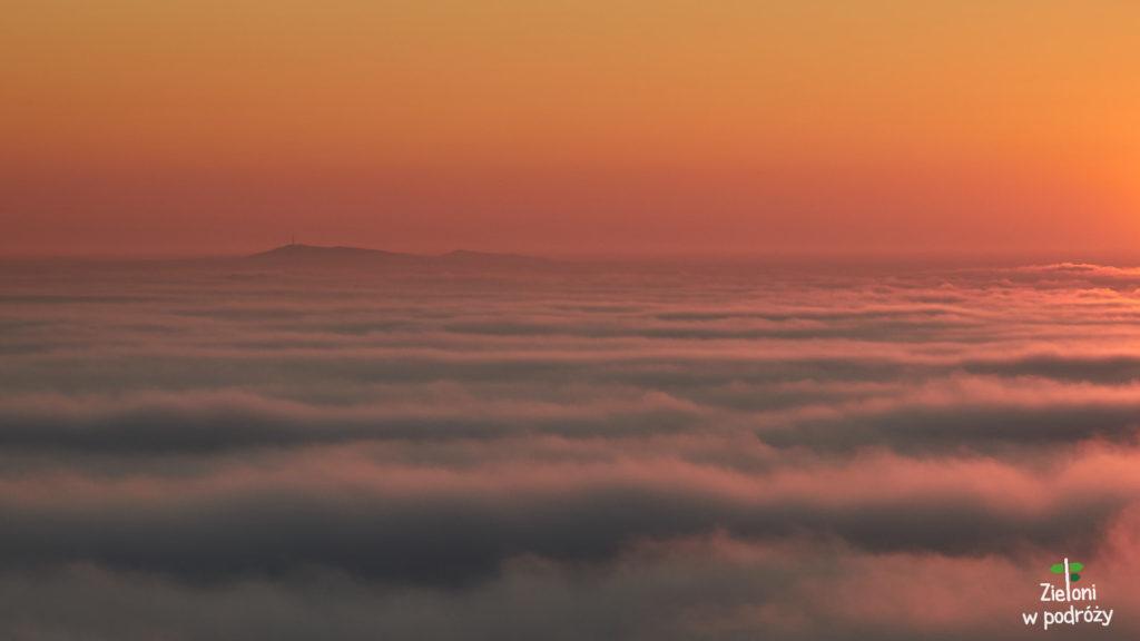 Samotna wyspa w morzu mgiel