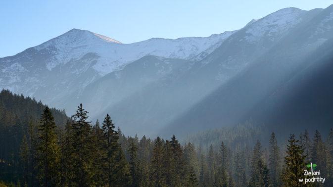 Szczyty górujące nad okolicą ciekawie komponują się z jesiennym jescze lasem