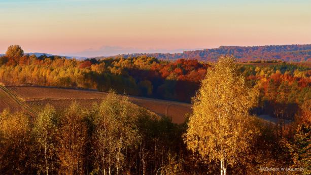 Tatry widziane jesienią o poranku. Odległość do szczytów przekracza 140 km