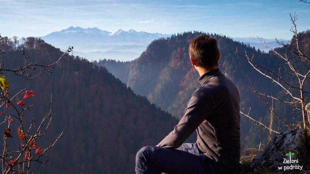 Widoka na Tatry z Sokolicy. Miło tak posiedzieć przy pięknej pogodzie