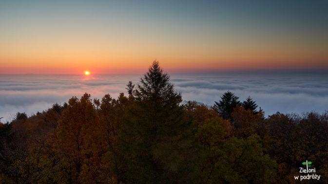 Zalegajace mgły zapalają się pod wpływem promieni słonecznych
