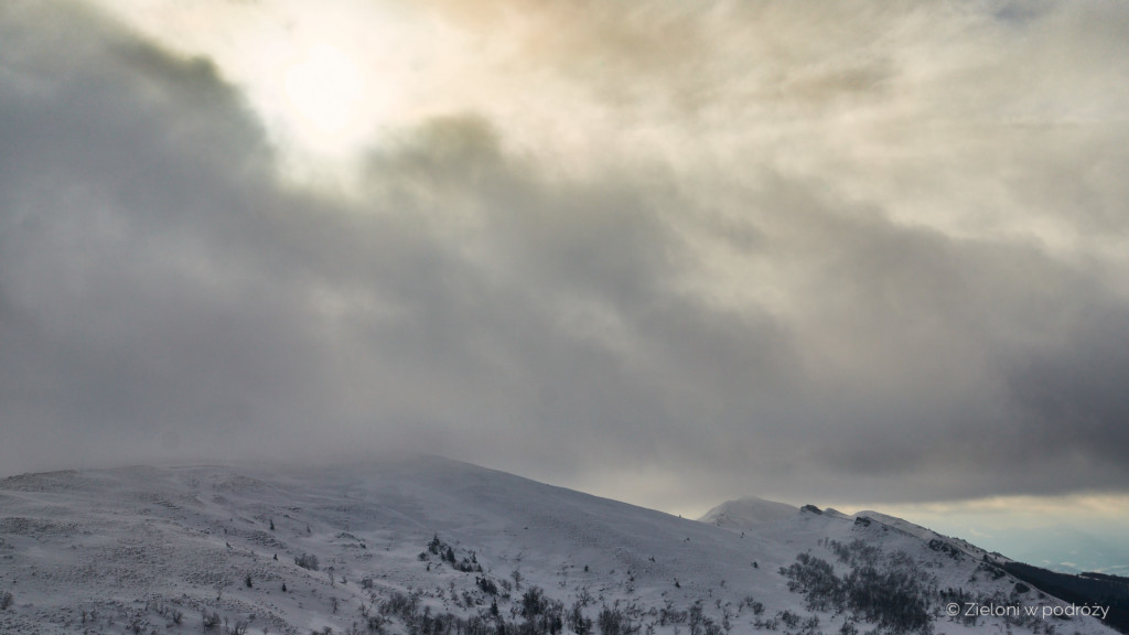Chmury to najmniejsze zmartwienie. Przeraźliwie wieje