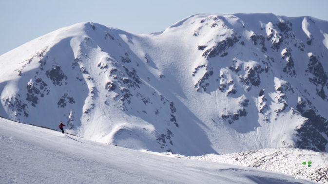 Kolejni narciarze w zasięgu wzroku