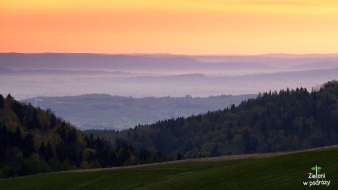W dolinach mgliście