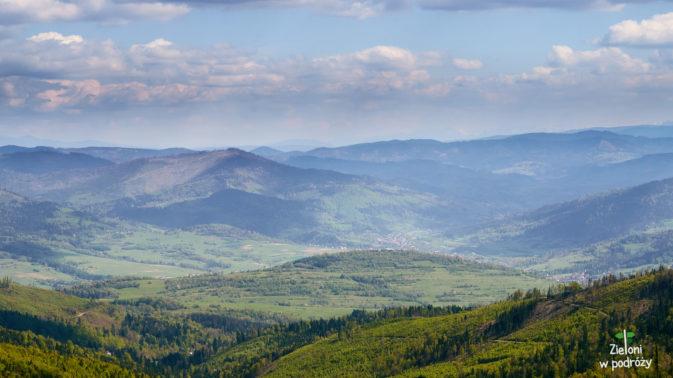 Widok na okoliczne doliny i Tatry majaczące na horyzoncie