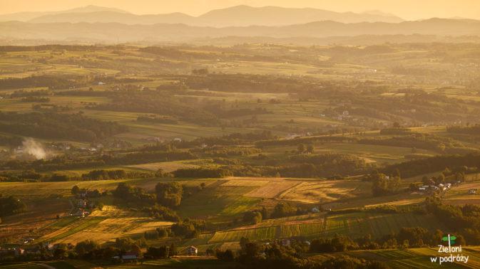 Pogórze Cieżkowickie i Beskidy w tle. Na horyzoncie po lewej widoczna Mogielica