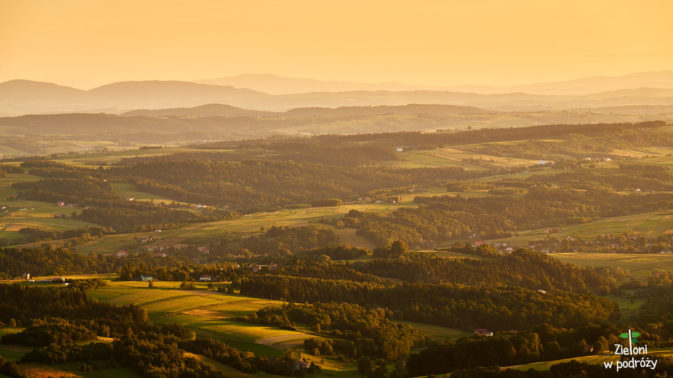 Zachód na Pogórzu. Na horyzoncie widoczne z Lewej Tatry, a w centrum Lubań