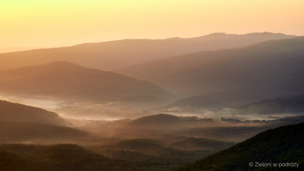 Ustrzyki Górne spowija jeszcze mgła.