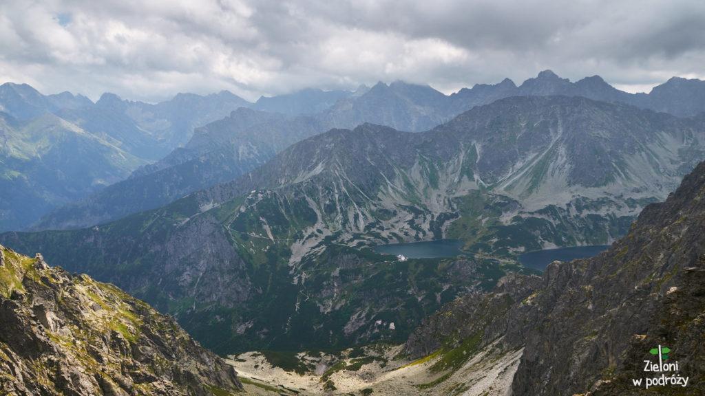 Rzut oka na drugą stronę. Widać schronisko w Dolinie Pięciu Stawów Polskich i pełno tatrzańskich kolosów w tle