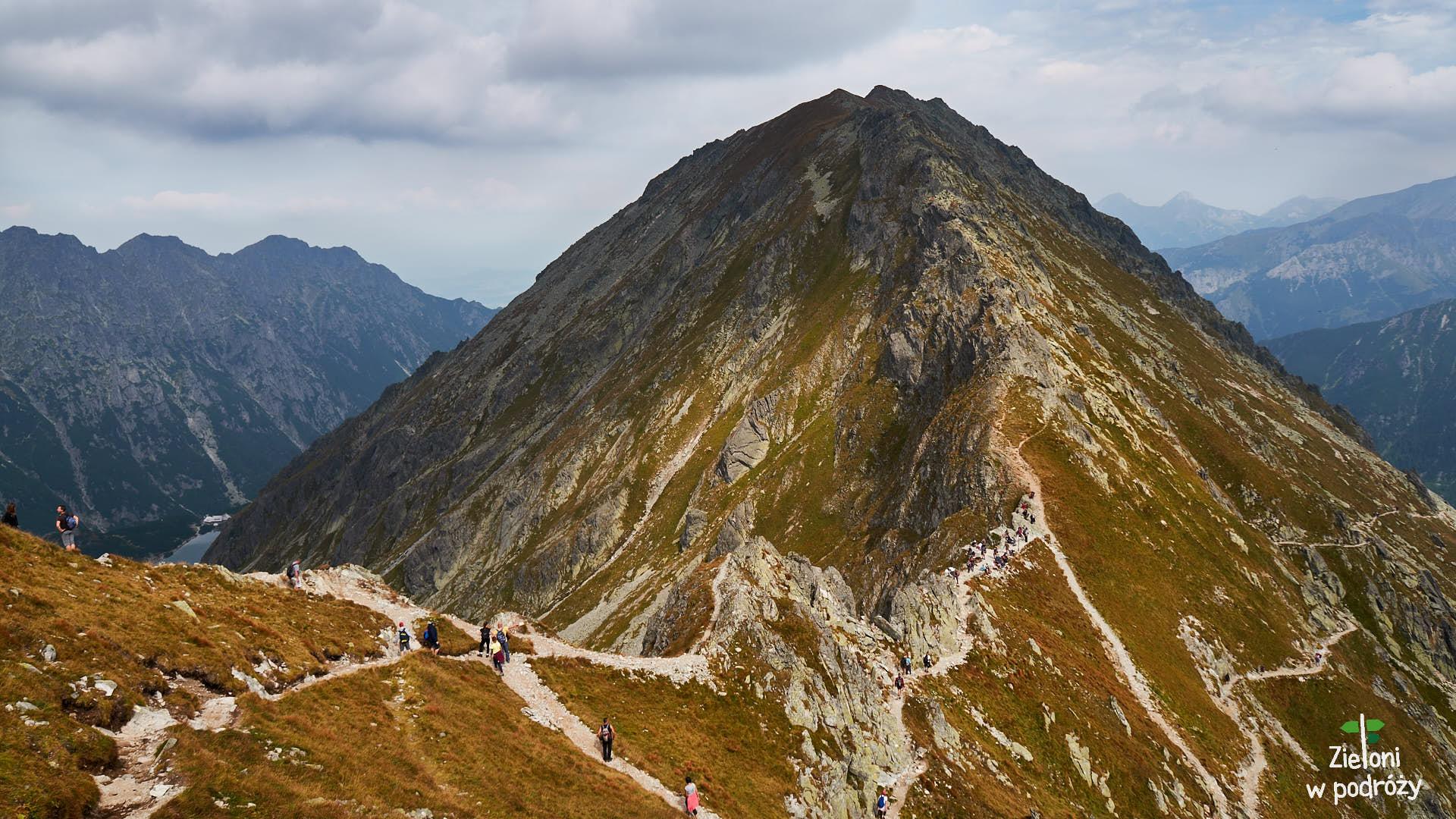 Szpiglasowa Przełęcz i Miedziane. Po prawej szlak zejściowy do Morskiego Oka