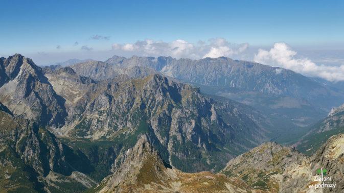 Widoki z wierzchołka w stronę Orlej Perci (pod chmurkami)