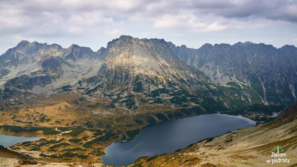 Z okolic szczytu widać sporo. W centrum Kozi Wierch. Częściowo granią na zdjęciu przebiega Orla Perć