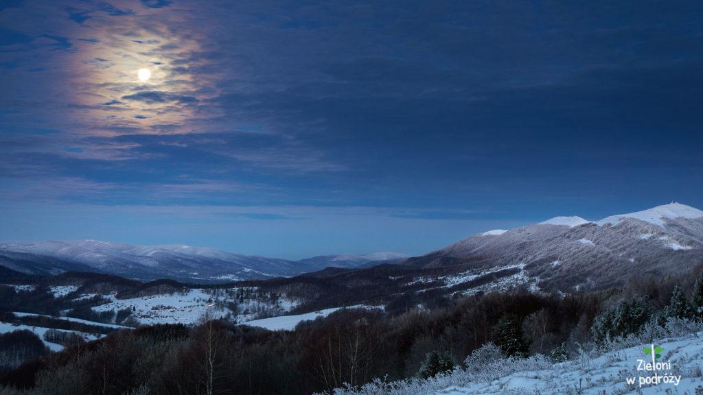 Pierwsze widoki są urzekające. Superksiężyc i ośnieżona Połonina Wetlińska